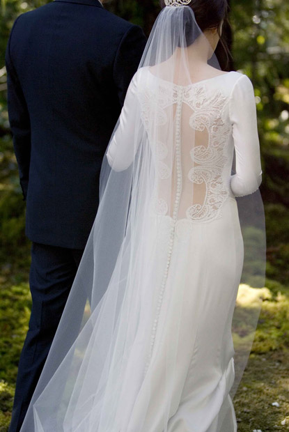 Twilight-Breaking-Dawn---Carolina-Herrera-Wedding-Dress-(1)